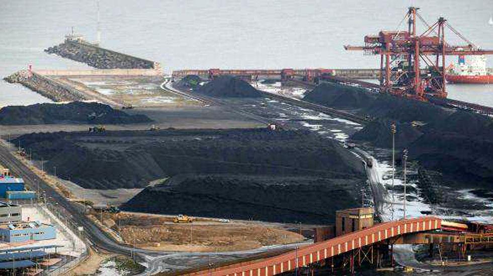 Nube de carbón en El Musel.Carbón almacenado en el puerto de El Musel