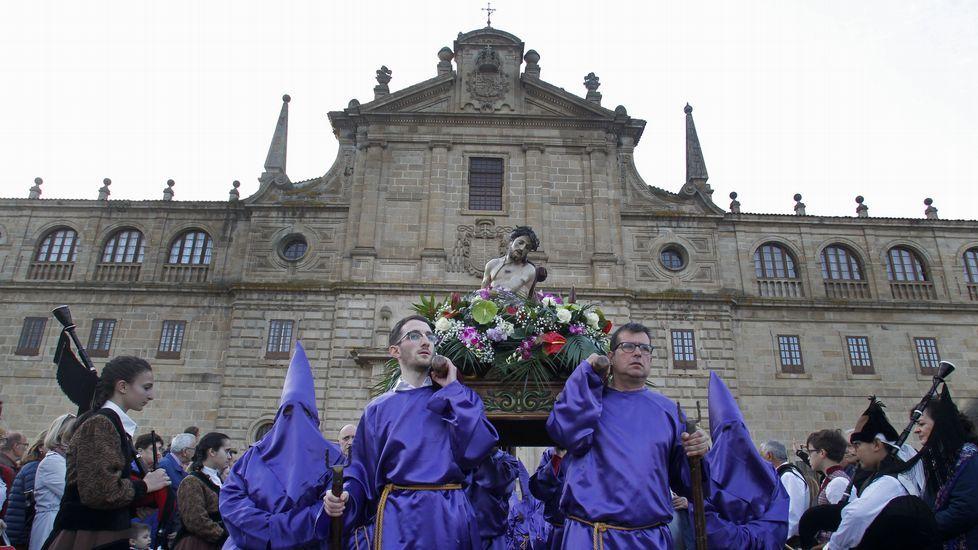El Ecce Homo, a hombros frente a la fachada de la iglesia de la Compañía en la procesión del Viernes Santo