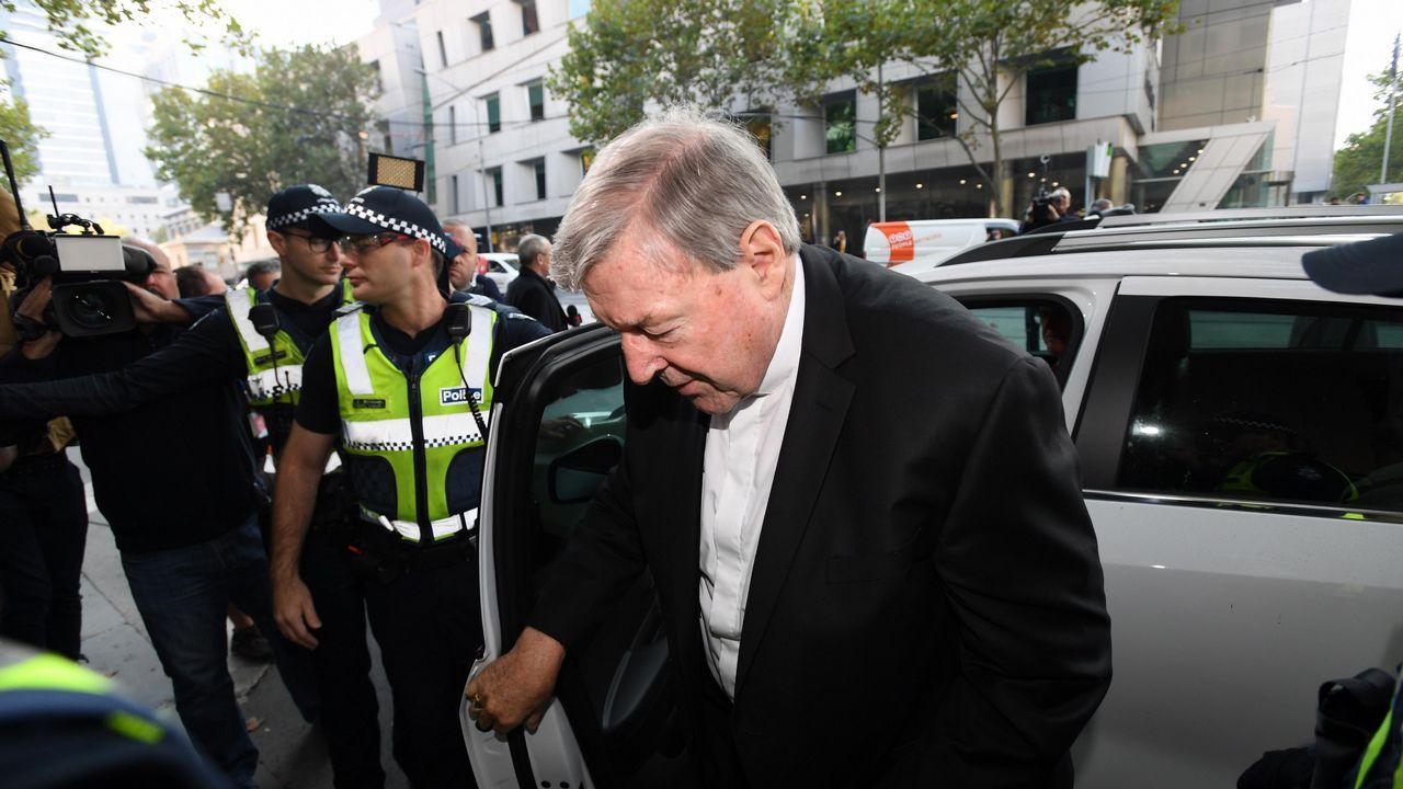 El cardenal George Pell, de 77 años, juzgado por abusos sexuales contra niños en Australia.El papa Francisco junto a los 34 obispos chilenos