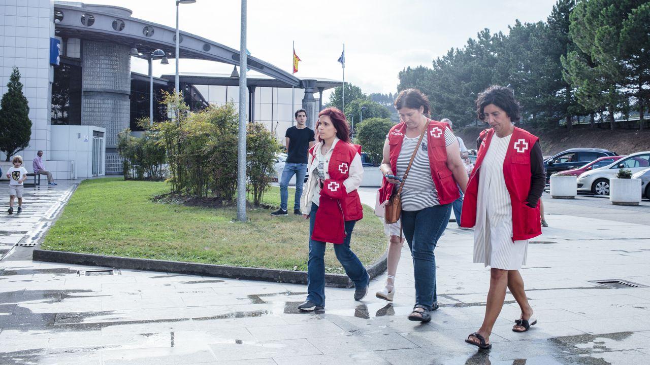 El accidente del autobús se produjo delante de la pequeña localidad de Llaranes.Psicólogos de Cruz Roja llegan al hospital de San Agustín para prestar apoyo a familiares y víctimas