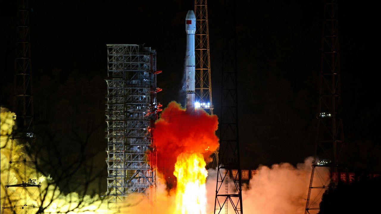China lanza con éxito una sonda para explorar la cara oculta de la Luna.Unos apicultores con un panal