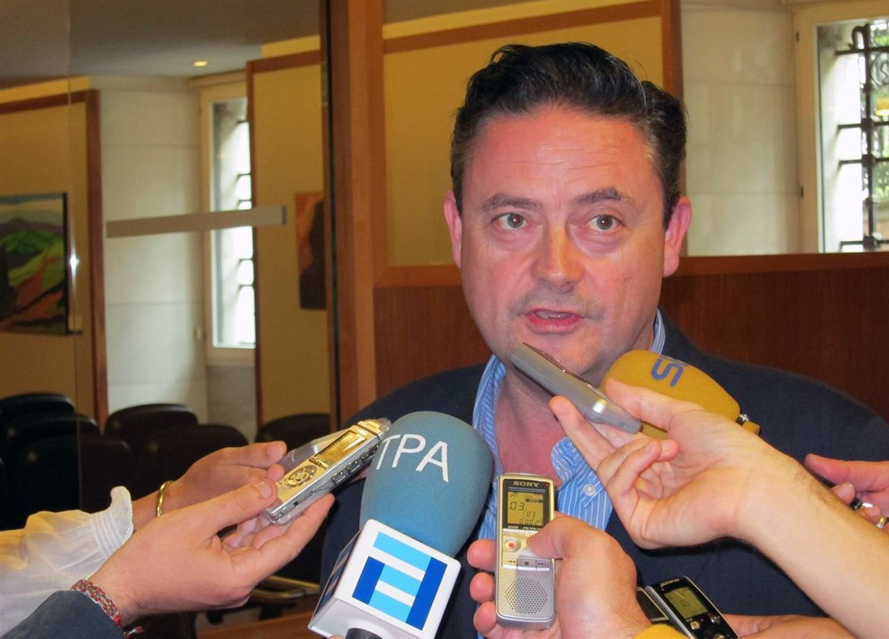 Pedro Sánchez escucha cómo Javier Fernández atiende a los medios de comunicación, durante una visita a Asturias.Joaquín Aréstegui
