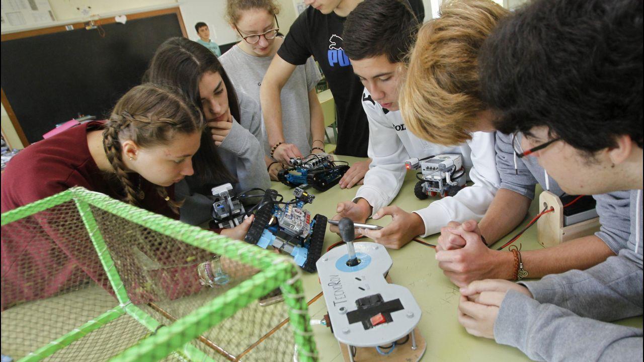 LA ROBÓTICA, SEÑA DE IDENTIDAD. En el 2013 ganaron el concurso de la Barrié con su robot submarino y no hay certamen en Galicia y casi en España que se pierdan. Patri Hermida, la maestra, lidera un grupo heterogéneo (alumnos de ciencias y letras) que ahora podrían convertirse en mentores de estudiantes de primaria.