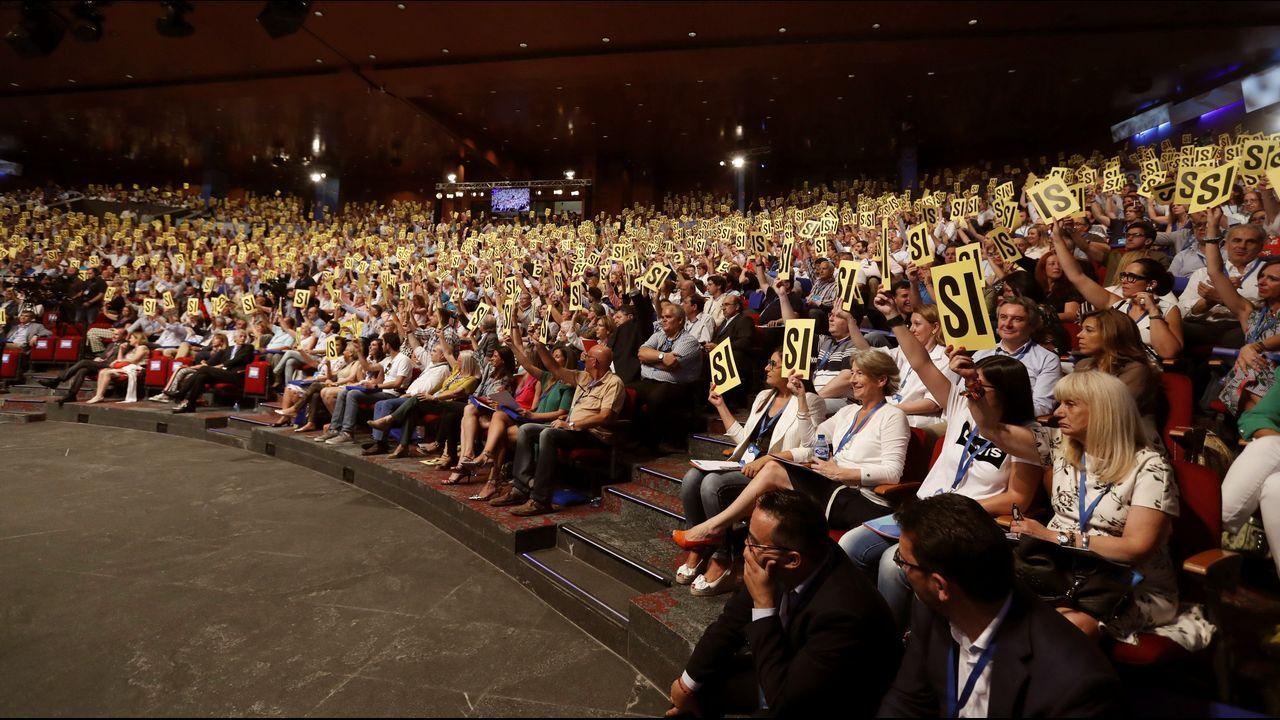 El expresidente del Gobierno Mariano Rajo, saluda a los candidatos a presidir el Partido Popular en presencia de Ana Psator, presidenta del Congreso de los Diputados
