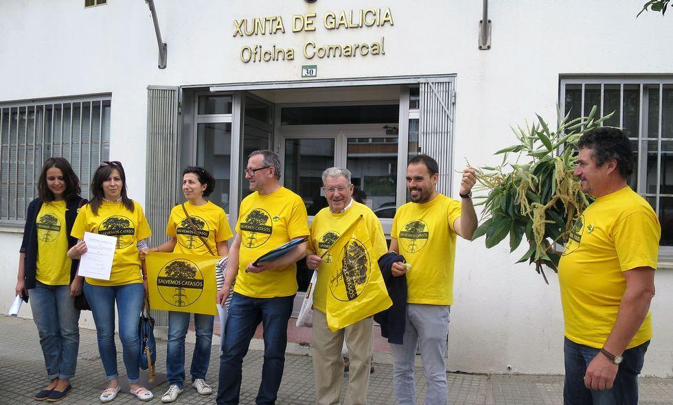 Los integrantes de la Plataforma entregaron el escrito en la sede de la Xunta y ramas de castaño.