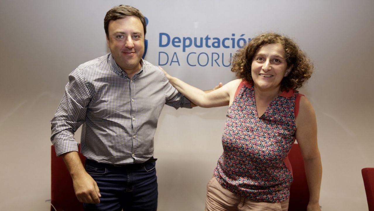 Los bomberos excarcelaron a los ocupantes del vehículo destrozado.Los alcaldes en funciones de A Coruña, Ferrol y Santiago
