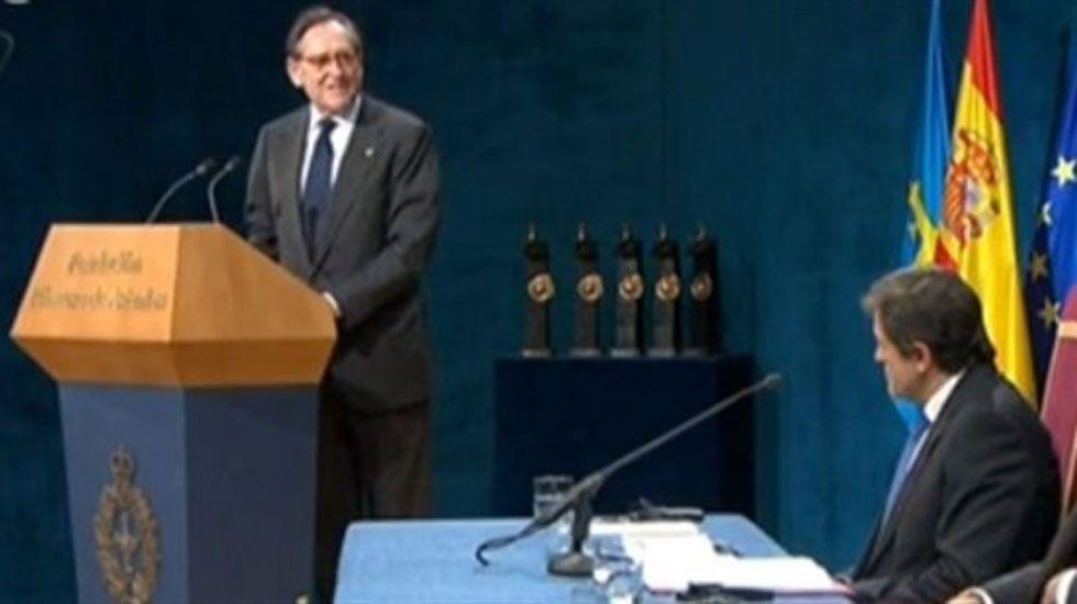 Los turistas llenan Covadonga.Matías Rodríguez Inciarte, durante la lectura de su discurso en el Campoamor