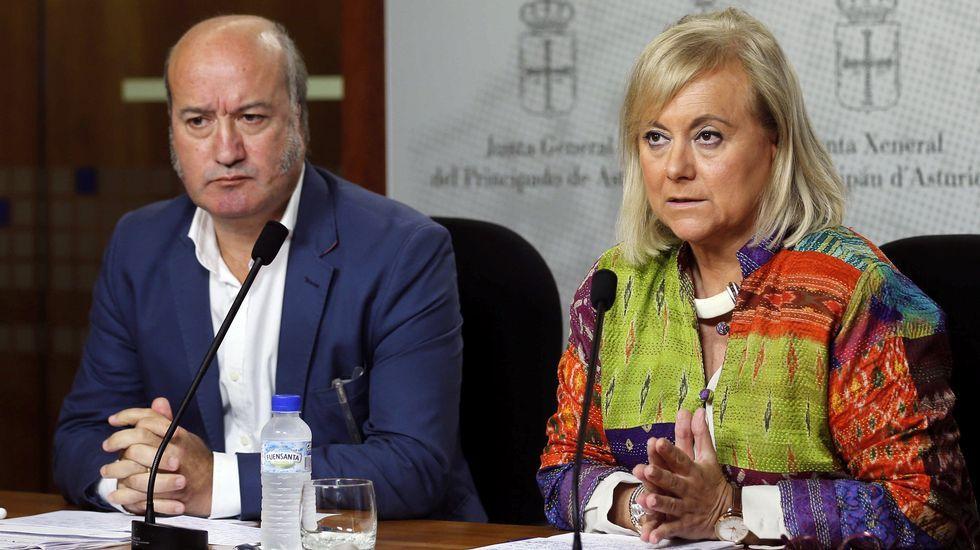 Mercedes Fernández conversa con las socias de Mujeres Siglo XXI en en Besullo (Cangas del Narcea).Sánchez aplaude a Javier Fernández en un mitin en Oviedo