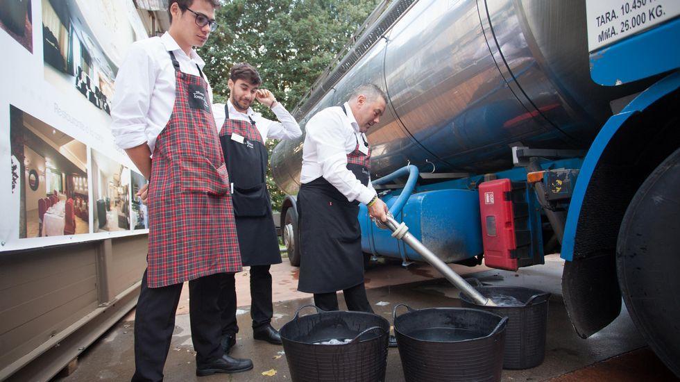 Atrapados en el  leiraparking .Los empleados de las casetas tuvieron que surtirse de agua de la cisterna enviada por el concello