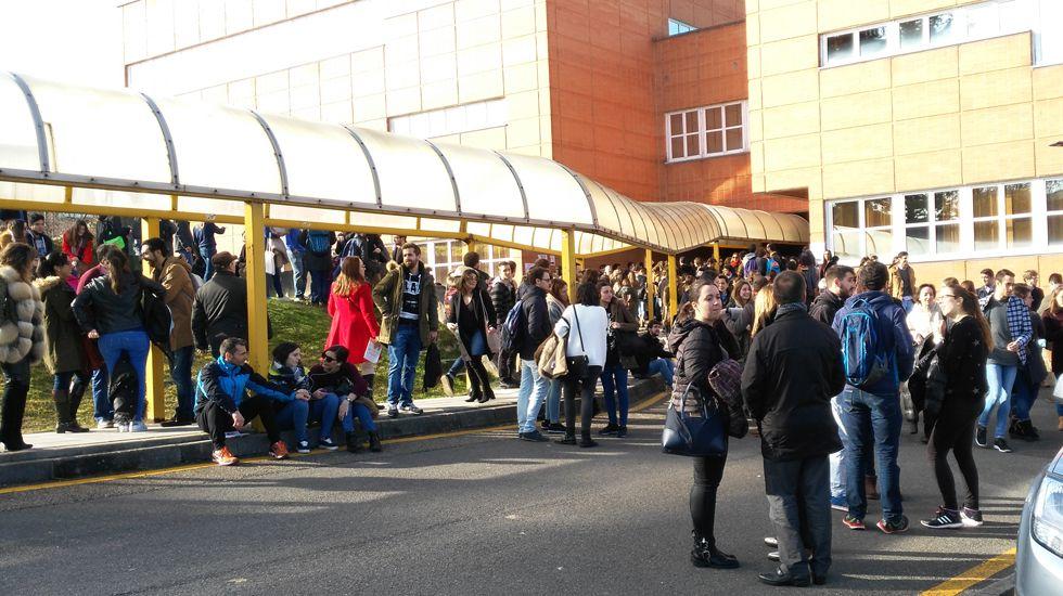 Pacientes en el HUCA.Estudiantes del examen MIR en el Campus del Cristo