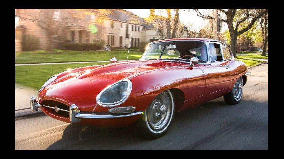 Compostela retrocede cien años con los coches y trajes clásicos.Jaguar