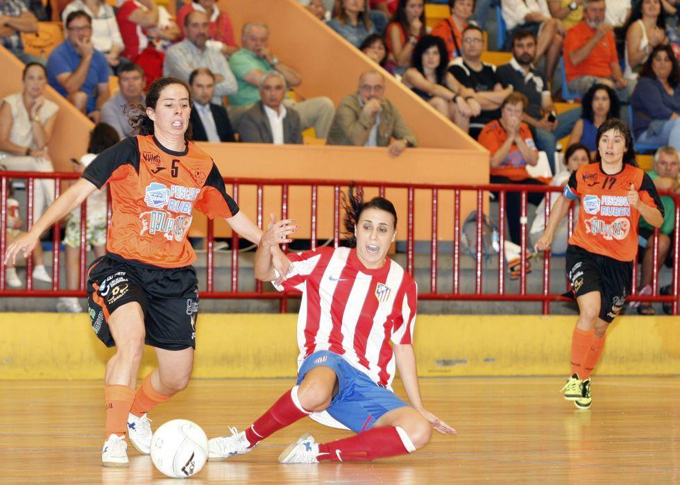 Burela recibe a sus supercampeonas.Peque y Maite celebran un gol en la Copa de La Estación.