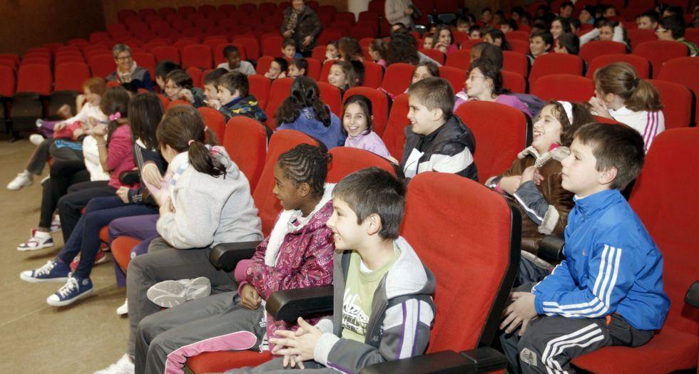 .Público infantil en un acto en la Casa da Cultura de Burela.