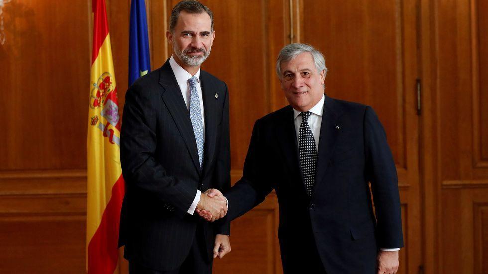 .El rey Felipe VI saluda al presidente del Parlamento Europeo, Antonio Tajani, a quien recibió en audiencia hoy en Oviedo donde recogerá el premio Princesa de Asturias a la Concordia, otorgado este año a la Unión Europea.