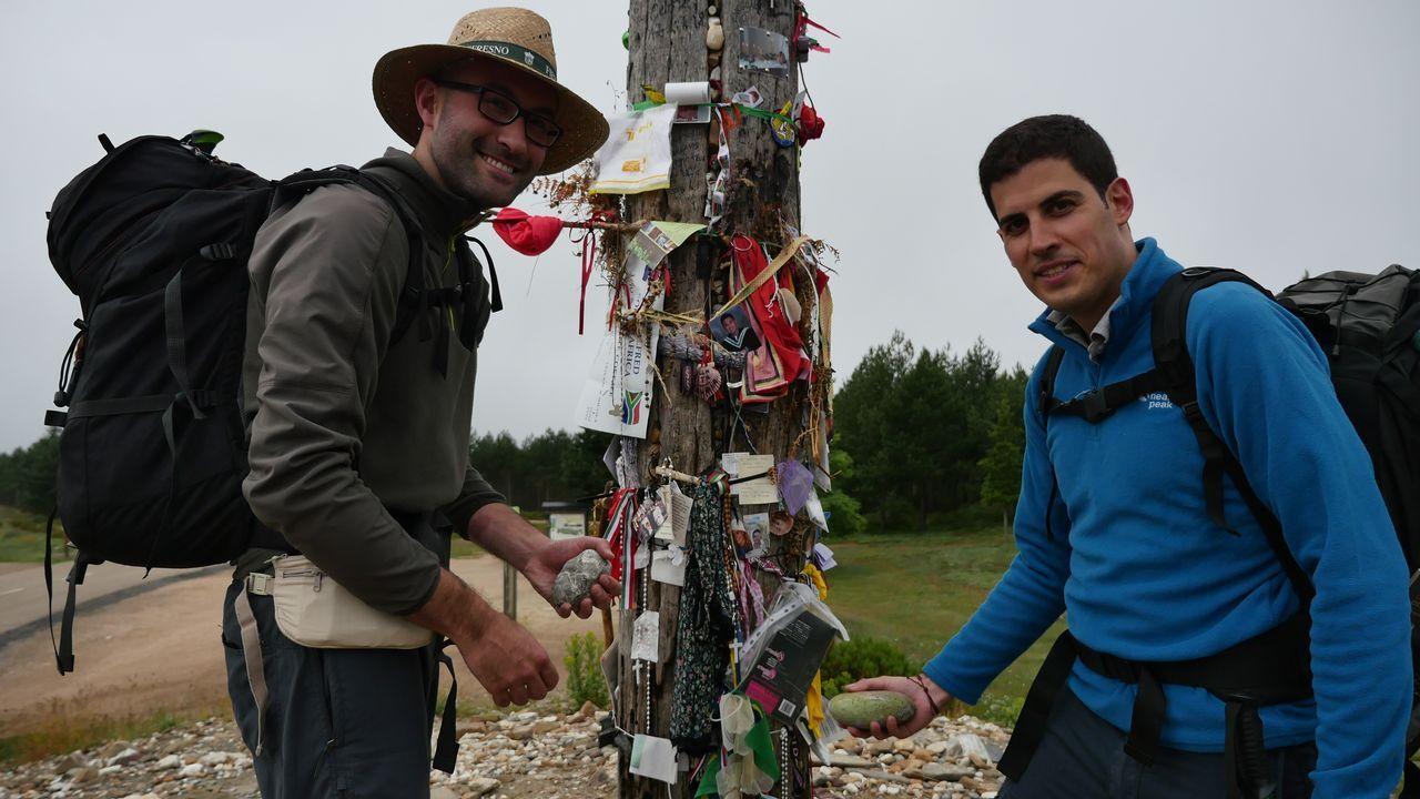 Pablo y Chema junto a la cruz de Fierro que se encuentra entre Foncebadón y Manjarín
