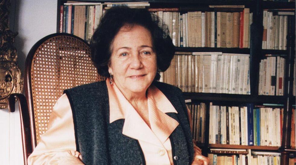 Pilar Vázquez Cuesta na biblioteca do seu domicilio, nunha fotografía de 1995