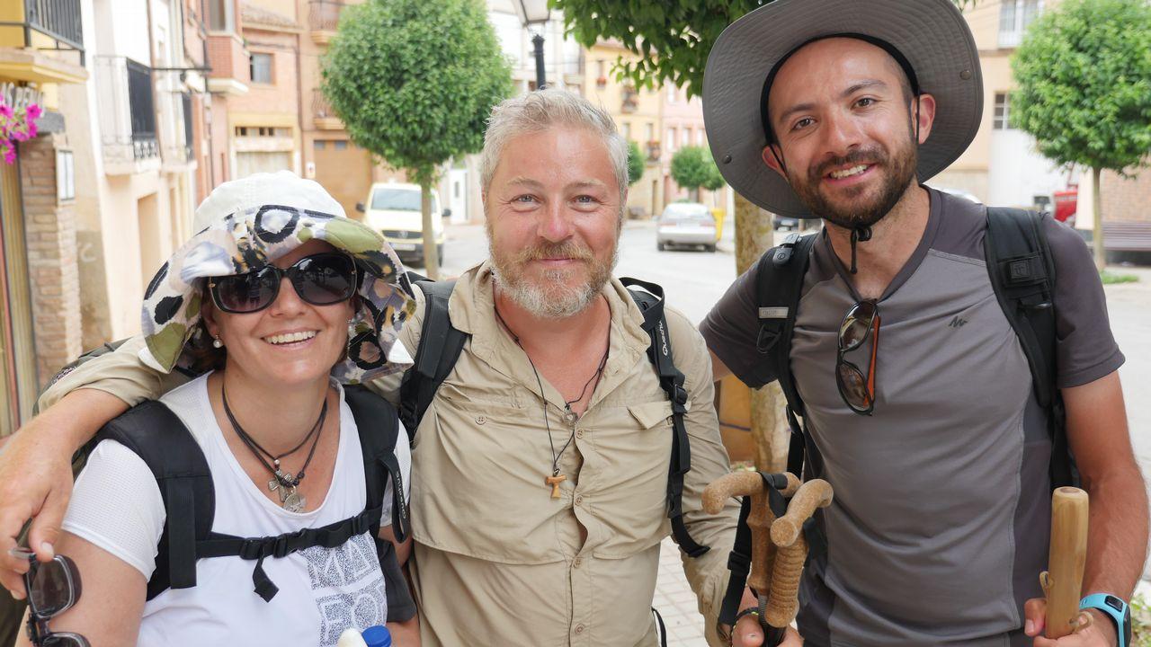 No es chiste: son un colombiano, un francés y una española que se han conocido en la peregrinación. Victoria, Óscar y Frabice hacen el Camino por primera vez. Aquí los vemos a su llegada al albergue. Esta noche descansarán en Nájera