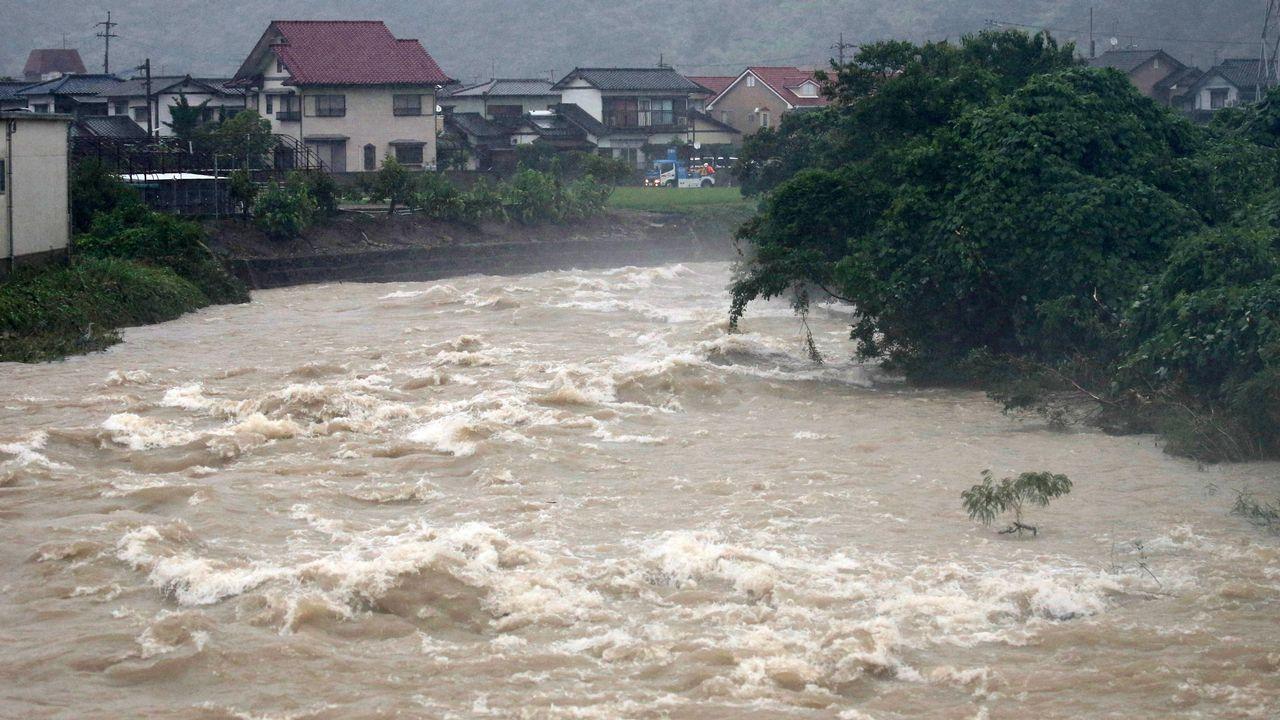 .Un río se encuentra al límite de su nivel de inundación y provoca la evacuación de los residentes cercanos en Kitakyushu (Japón)