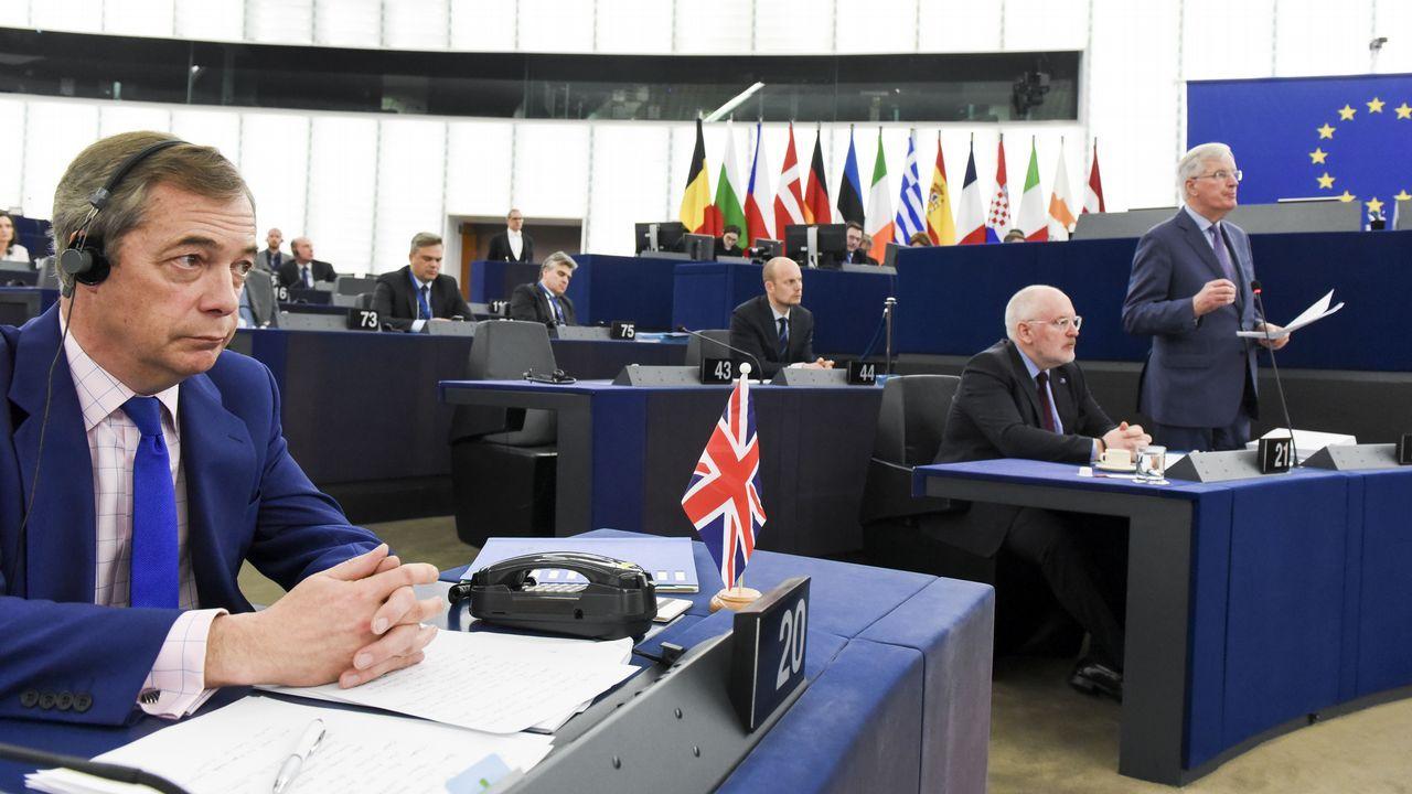 El negociador de la UE para el «brexit», Michel Barnier, en presencia del eurodiputado británico Nigel Farage
