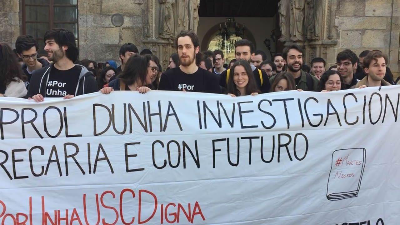 Manifestación investigadores de la USC.Carmen Santos, Antón Sánchez y Luís Villares, durante el último pleno del Parlamento de Galicia