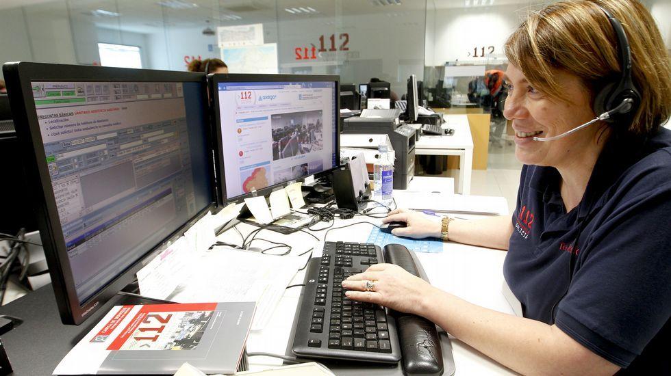 pineiroh.Un operario supervisa los sistemas de una estación en Manzaneda, totalmente congelada