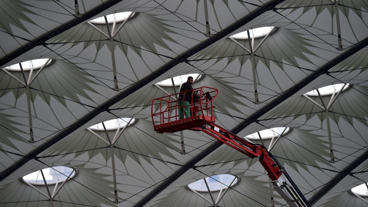 .Un trabajador trabaja en la cúpula del Olimpiyskiy Stadium de Kiev, donde se enfrentarán el Liverpool y el Real Madrid en la final de la Champions League