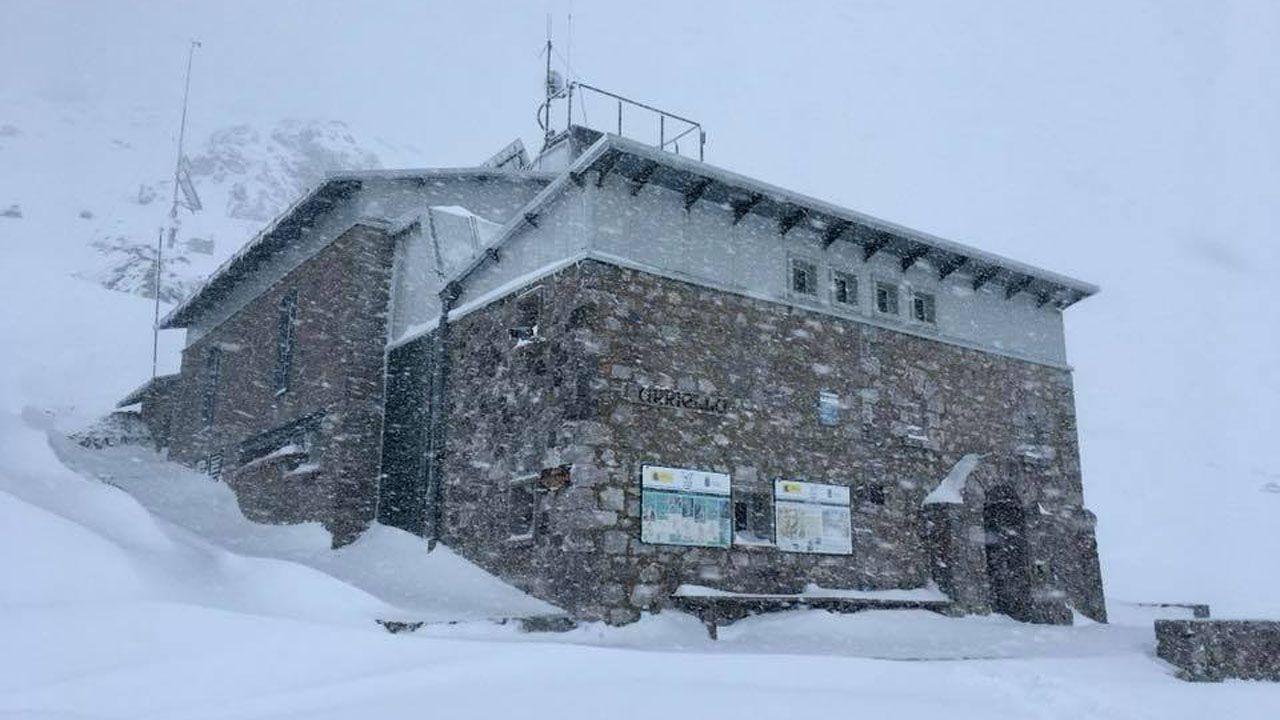 El refugio Uriellu cubierto por el temporal de nieve
