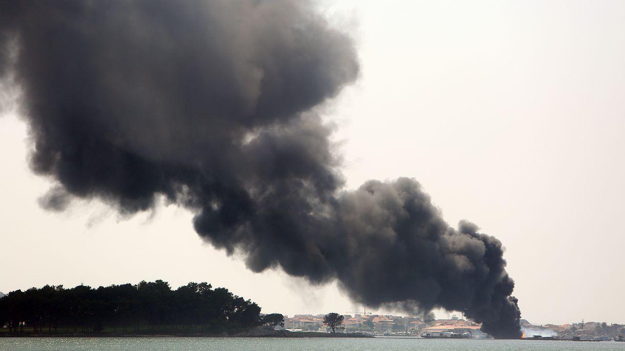 La columna de humo fue visible desde Cambados