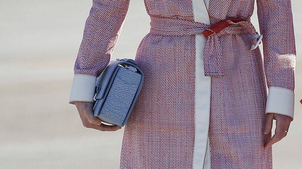 .Detalle del bolso que llevaba Rania, en tonos azules.