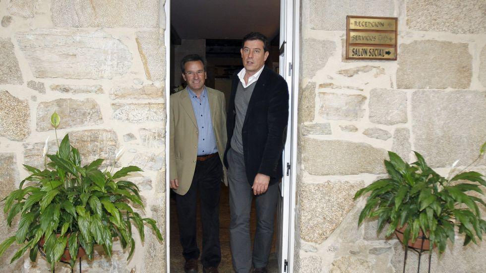 Imagen de archivo, Vence y Besteiro a la salida de una reunión en Santiago.