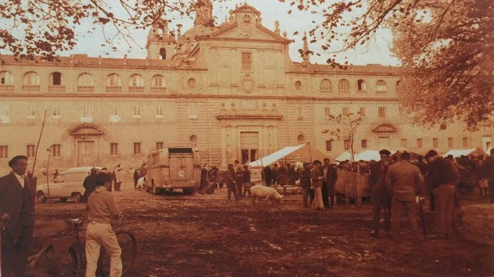 Una feria frente al colegio de la Compañía a principios de los años 70. Las ferias dejaron de celebrarse en este lugar en esa misma época