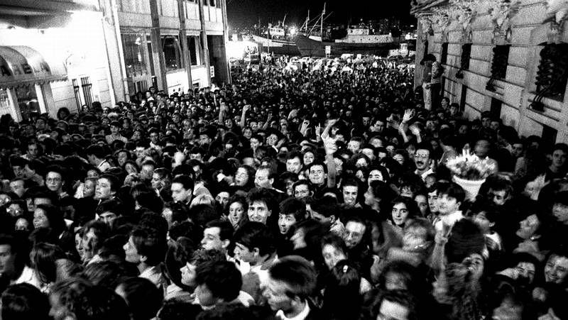 «Emocional» de Dani Martín.Público abarrotando el paseo marítimo al término de la sesión de fuegos de artificio de la Batalla Naval.
