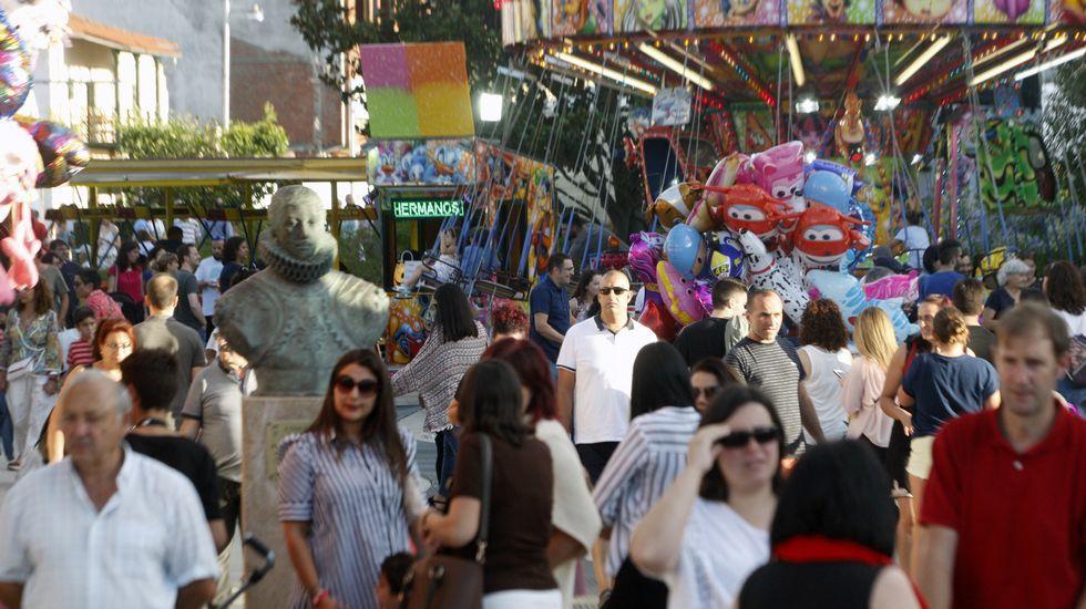Ambiente en las atracciones instaladas en el aparcamiento del Parque dos Condes, junto a un lateral del colegio de la Compañía
