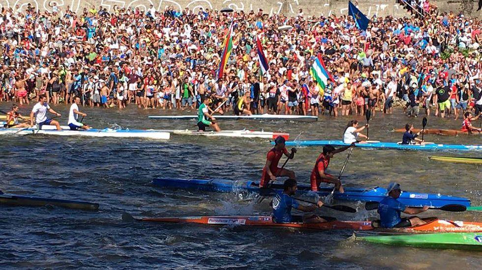 Los palistas toman el Sella en la salida del Descenso Internacional.Los palistas toman el Sella en la salida del Descenso Internacional