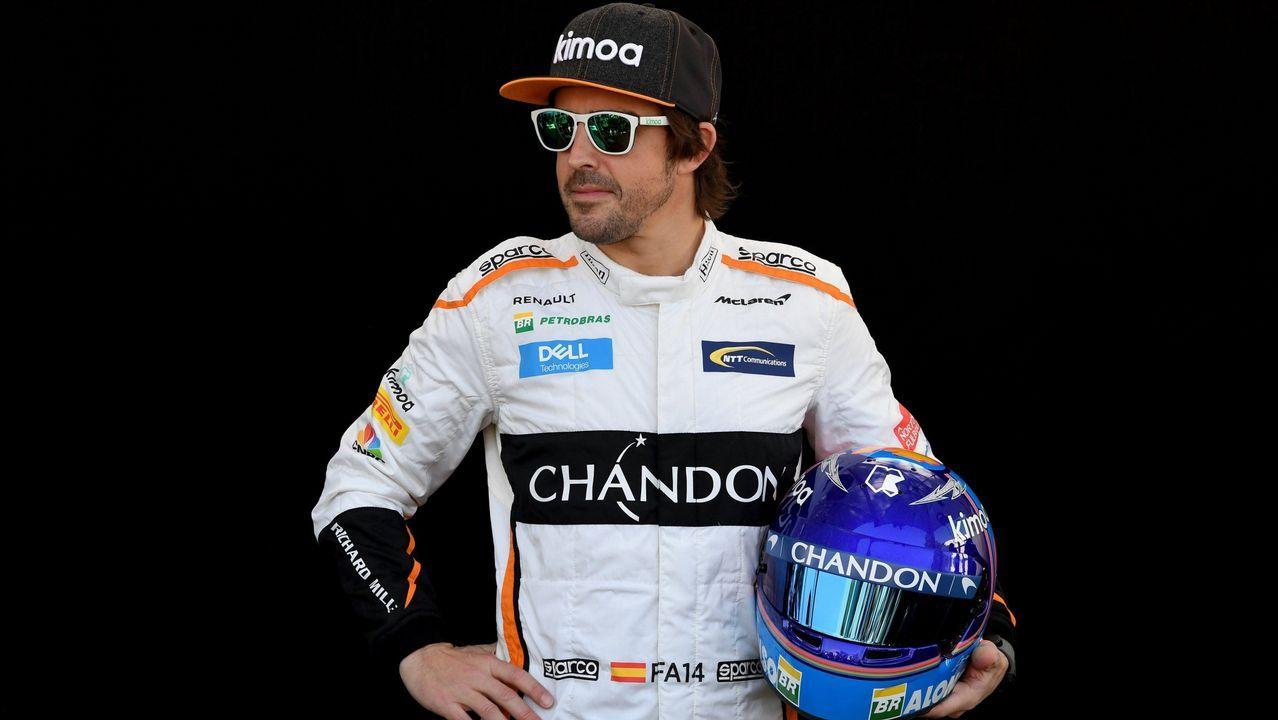 A Hugo también lo quieren en el instituto.El piloto español Fernando Alonso (d) posa para la foto oficial de la escudería McLaren, en Interlagos