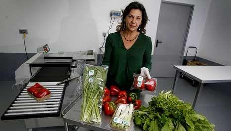 Belén Gómez, de Casa de Vilarullo, en la pequeña planta envasadora con la que complementan su producción agrícola propia.