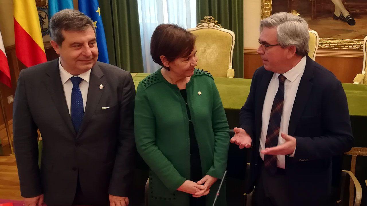 Mariano Marín, a la derecha, junto a Carmen Moriyón y Esteban Aparicio antes de la reunión de la Junta Local de Seguridad