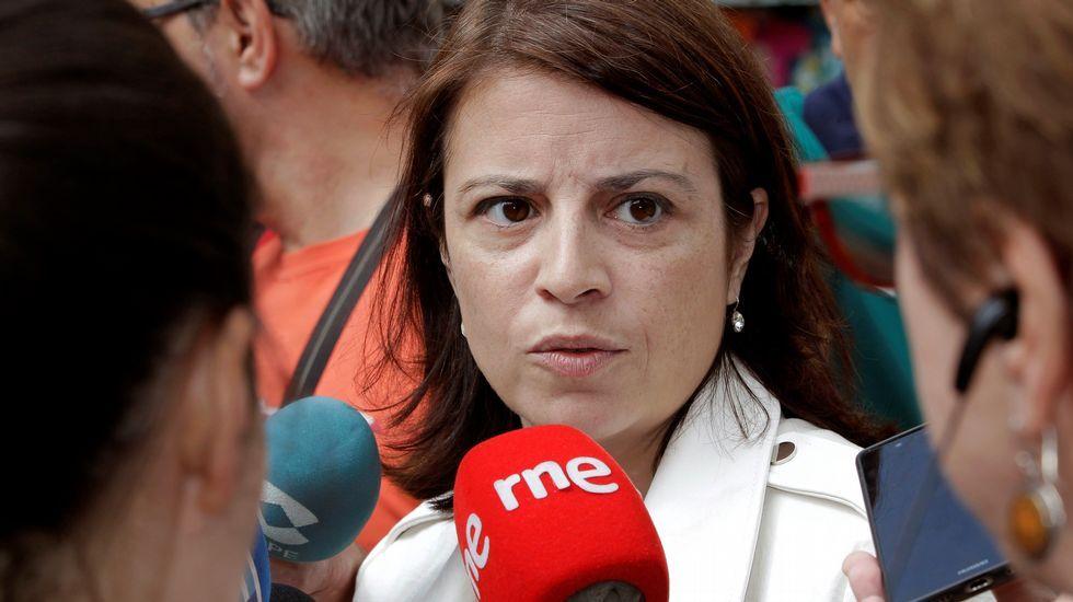 .La vicesecretaria general del PSOE, Adriana Lastra, atiende a los medios en Oviedo