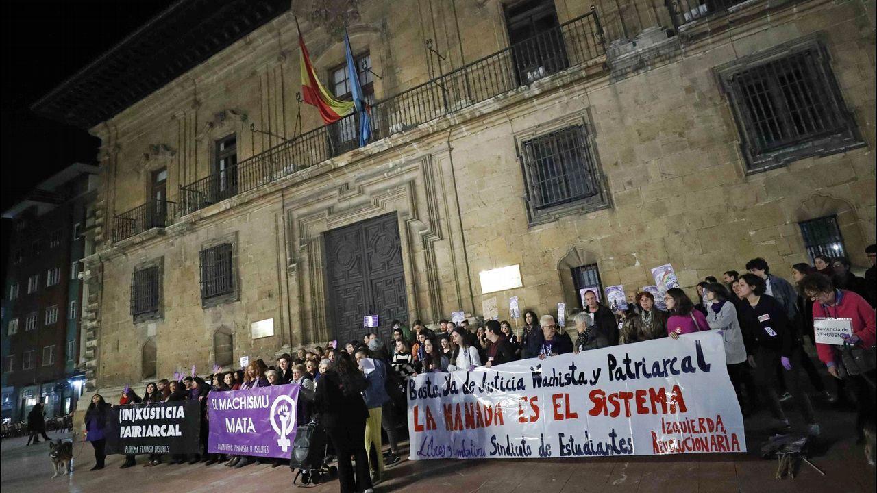 Un centenar de personas durante la concentración hoy en Oviedo contra la decisión del Tribunal Superior de Justicia de Navarra (TSJN) de confirmar la sentencia que condena a los miembros de la Manada por abuso sexual y no por violación, como pedían las acusaciones