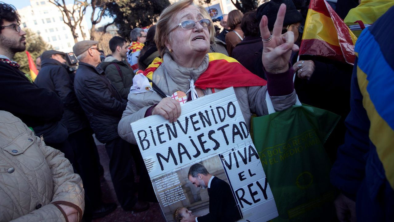 Asimismo, y entre «vivas al Rey», el portavoz de la Coordinadora de Tabarnia criticó el desplante al rey de la alcaldesa de Barcelona y el presidente del Parlament, a los que calificó de «verdaderos pirómanos, que van en contra de la economía de la ciudad y en contra del Estado de derecho»
