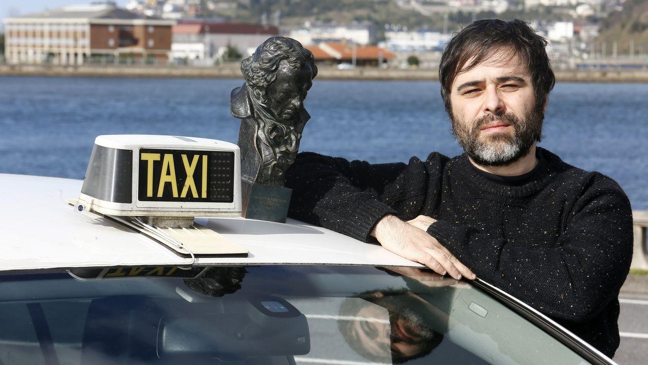 ecologico.Víctor García, junto al taxi que conduce en Viveiro, y uno de los dos Goyas que ha ganado