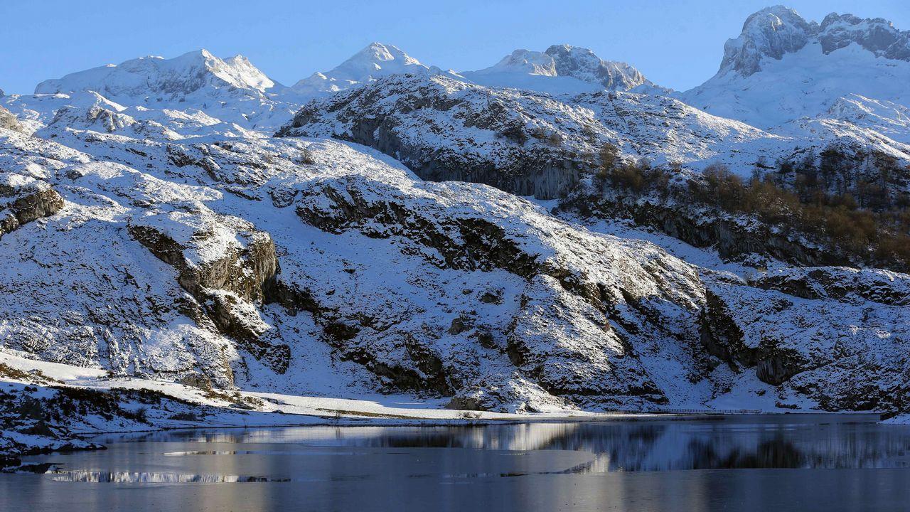 Agenda asturias Hevia tapas teatro Vuelta ciclista Covadonga.Atardecer en los lagos de Covadonga, en el parque Nacional de Picos de Europa, que este año celebra el primer centenario de la creación del Parque Nacional de la Montaña de Covadonga, primer parque nacional de España. EFE/José Luis Cereijido