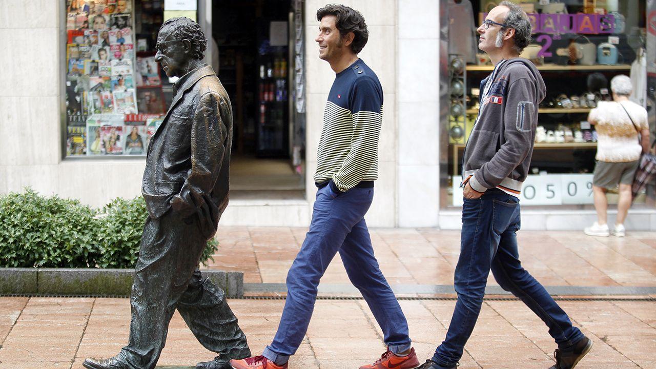 David Remartínez y Gonzalo Rubín junto a la estatua de Woody Alen