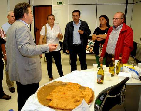 La fiesta se presentó en el Concello con empanada de anguila.