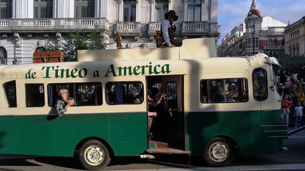 Un autobús simula la emigración asturiana de Tineo, durante el desfile del Día de América en Asturias.Un autobús simula la emigración asturiana de Tineo, durante el desfile del Día de América en Asturias