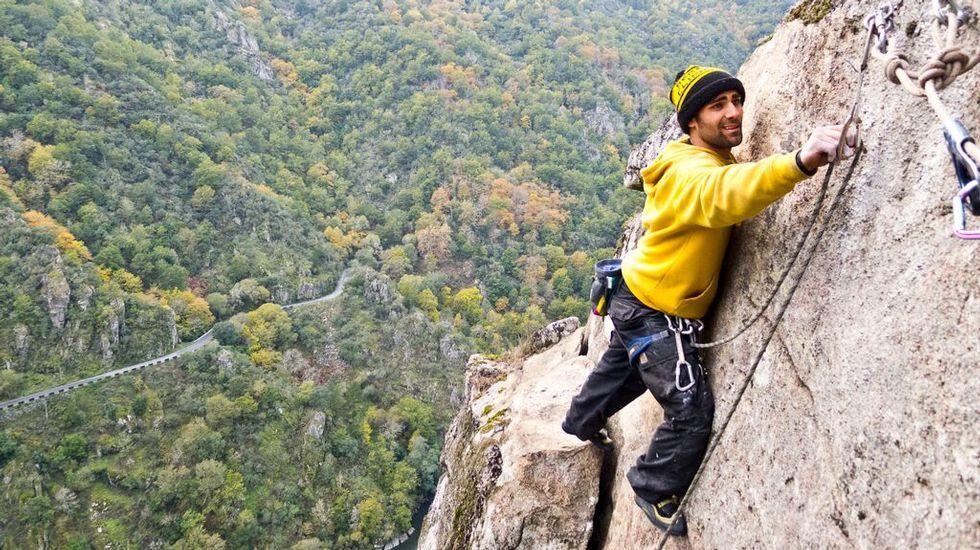 Miguel Feijoo, escalando al lado del Sil en la parroquia de Pombeiro (Pantón)