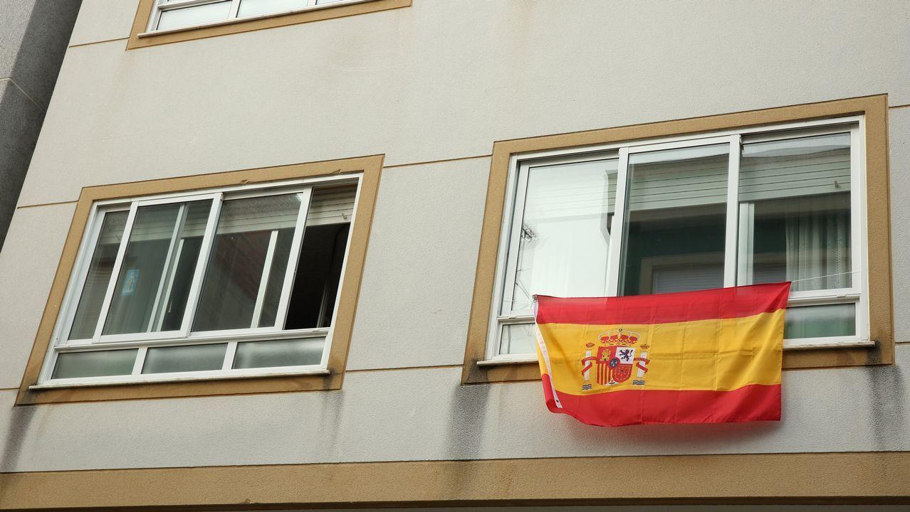 La variedad de colores que deja el Mundial.Bandera española en una ventana de Carballo