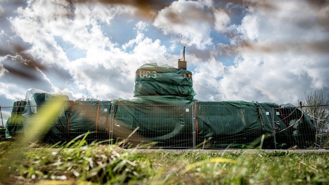 .El submarino UC3 Nautilus, cubierto con una lona en Copenhagen, tras la  condena del inventor danés Peter Madsen por la muerte de la periodista Kim Wall
