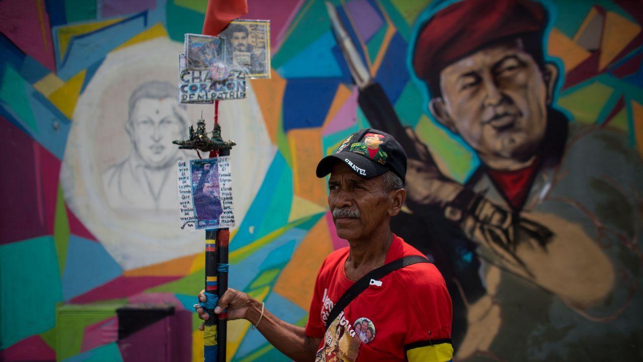 ¿Qué está pasando en Banesco?.Una mujer con una de las urnas que seran utilizadas en las elecciones presidenciales de Venezuela, el 20 de mayo
