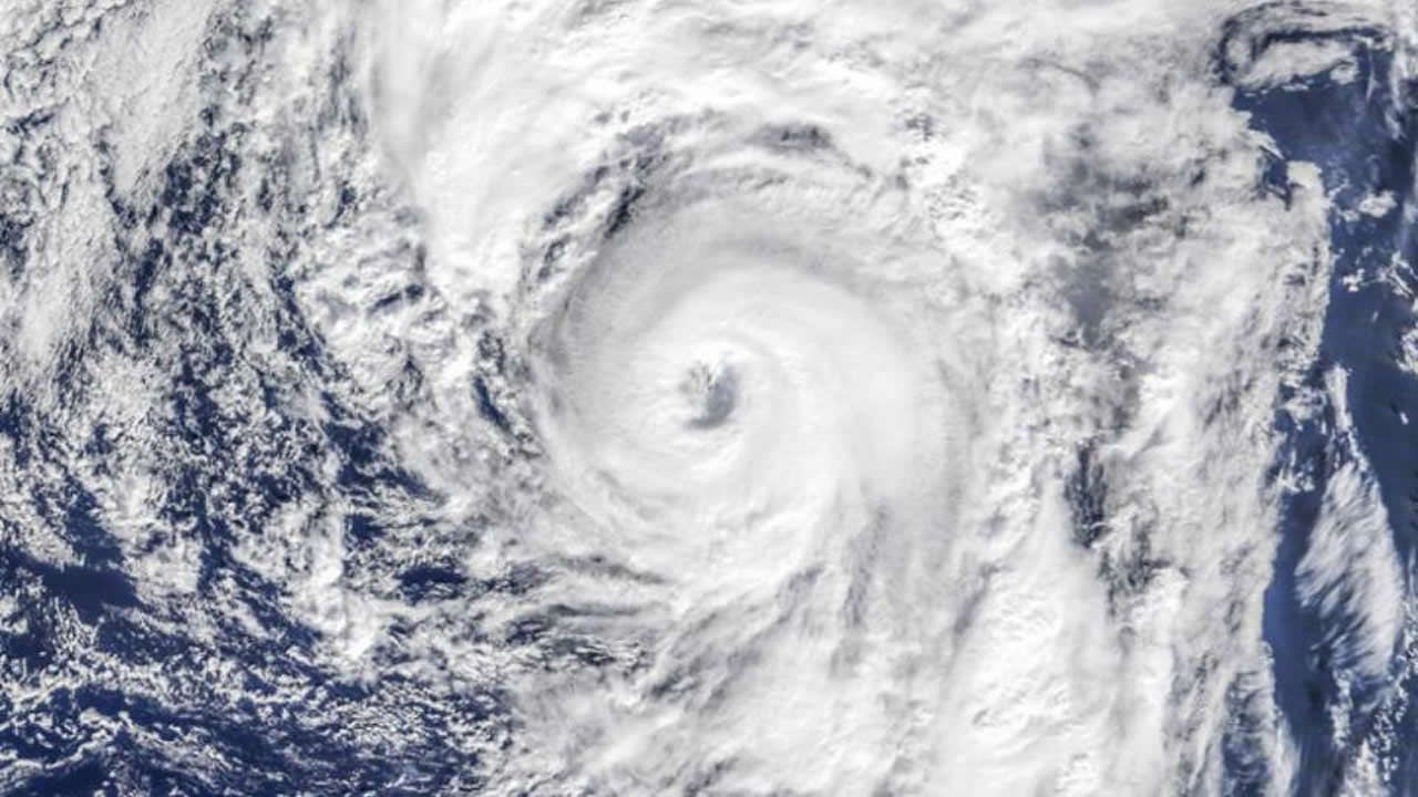 El calentamiento del Atlántico traerá huracanes de categoría 5 a Galicia.La playa de San Lorenzo de Gijón